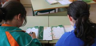 Cuadernos, lápices, bolígrafos e instrumentos de música son todos iguales y para todos los alumnos del colegio El Palmeral.